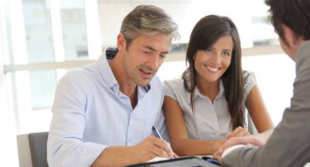 mobile-notary-tampa-couple-signing-documents